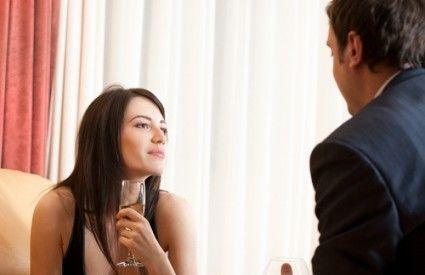 Πώς μπορώ να καταλάβω αν μια γυναίκα ενδιαφέρεται για εμένα; Πως μπορώ να εντοπίσω αν τα όσα της λέω την κάνουν να βαριέται ή της κινούν το ενδιαφέρον;